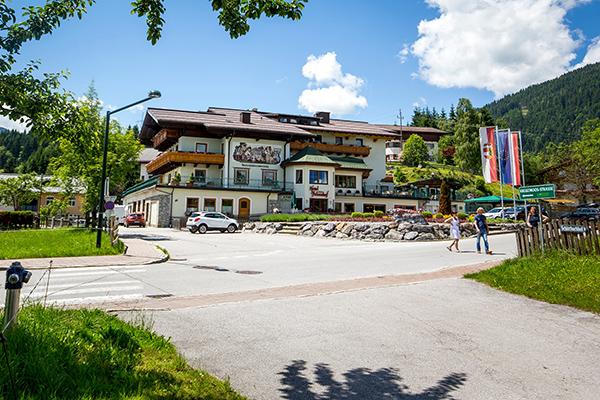 Das beliebte Familienhotel in Flachau von außen ausgesehen