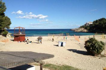 Die Bucht von Font de sa Cala auf Mallorca bietet herrlich feinen Sand und ist ideal für kleine Kinder