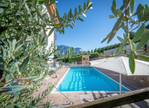 Der Swimmingpool im Garten des Familienhotels Südtirol