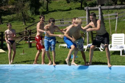 Glückliche Kinder am Pool
