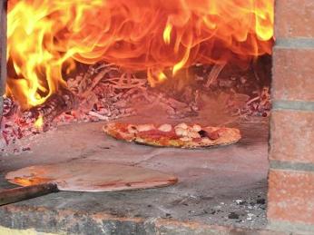 Selbstgemachte Steinofenpizza vom Hof