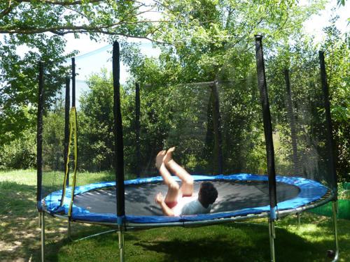 Das Trampolin im Garten ist bei Kindern sehr beliebt