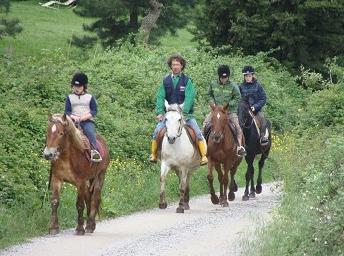 Kinder und Erwachsene lieben Ausritte in die schöne Natur der Toskana