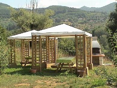 Gemütliche Gartenpavillons im großen Garten