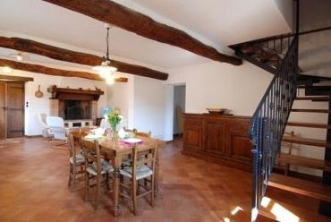 Gepflegte Wohnräume mit alten Holzbalkendecken