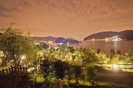 Nachts ist der Iseosee besonders schön beleuchtet