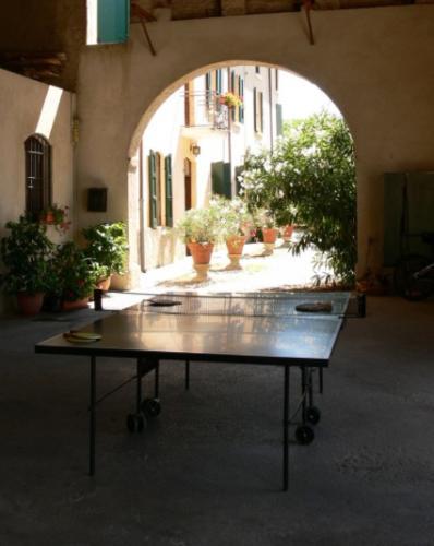 Eine Runde Tischtennis spielen