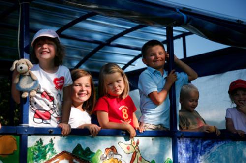 Kinder lieben spannende Treckerfahrten durch die Berge