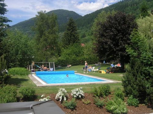 Der Pool des All Inclusive Hotels Kärnten, liegt inmitten des schönen, grünen Gartens
