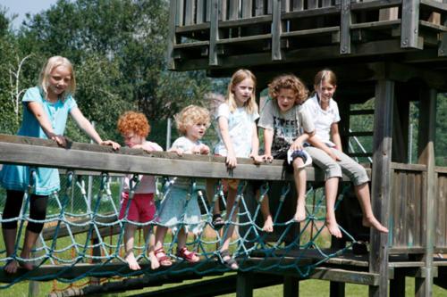 Die Gästekinder unseres All Inclusive Hotels treffen sich gern auf dem Spielplatz im Garten