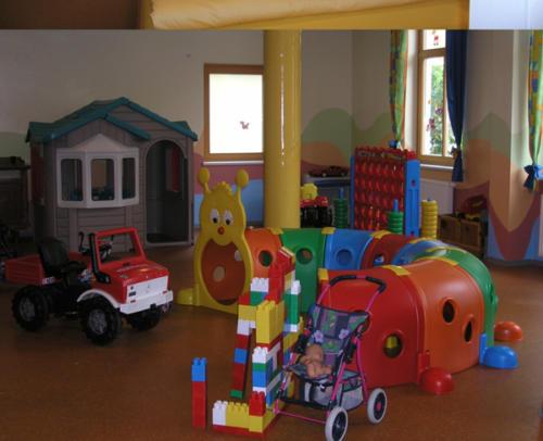 Die kleinen Hotelgäste werden im Spielzimmer von der netten Kinderbetreuerin liebevoll umsorgt