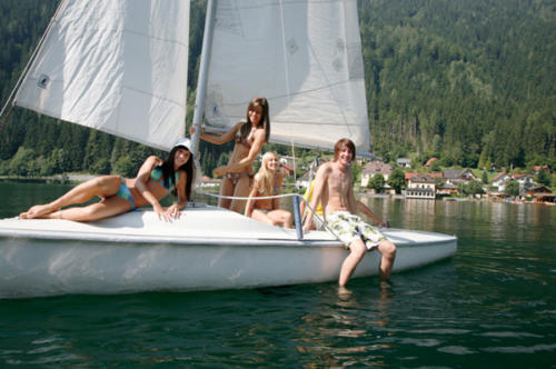 Ältere Kinder können actionreiche Segelbootfahrten auf dem Feldsee in Kärnten unternehmen