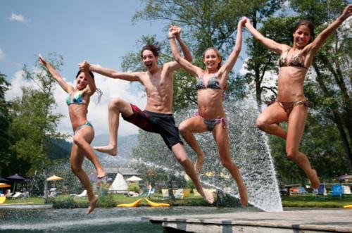 Der Feldsee in Kärnten sorgt für eine herrliche Erfrischung an warmen Sommertagen