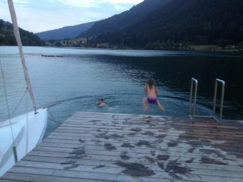 Am Abend noch einmal im Feldsee in Kärnten schwimmen gehen, macht besonders Kindern viel Spaß