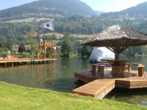 Die Kinder haben auf dem Sprungturm und dem Eisberg ihren Spaß am Feldsee in Kärnten