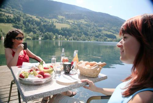 Mit der ganzen Familie direkt am See frühstücken, ist ein einmaliges Erlebnis