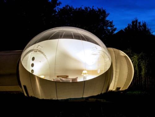 Bei Nacht sieht ein beleuchteter Bubble ganz besonders romantisch aus