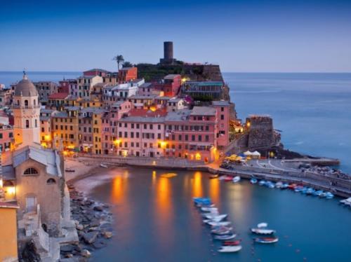 Der Anblick der Cinque Terre in Ligurien ist besonders in der Abenddämmerung sehr faszinierend