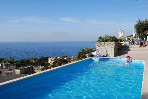 Ein herrlicher Meerblick während Sie im Pool schwimmen