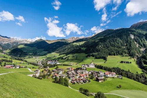 Kleine Örtchen zwischen den grün bewachsenen Alpen und Weinbergen