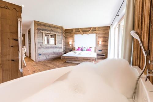 Liebevoll, aus altem Naturholz gestaltete Zimmer