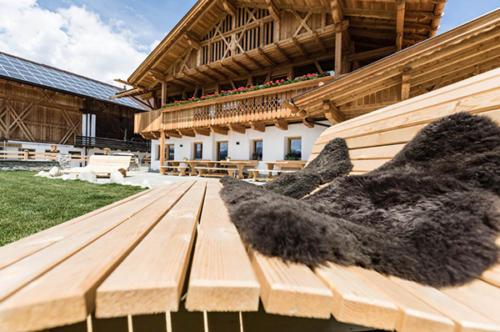Bauernhof Südtirol mit gemütlichen Holzliegen im großen Garten