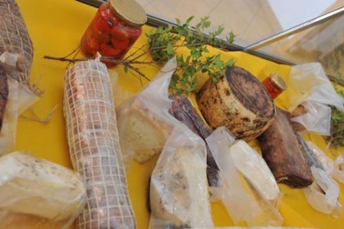 Käse und Wurst aus eigner Produktion werden auf dem Bauernhof Sardinien ebenfalls angeboten