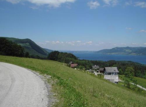 Kleine Bergstraße vor dem Bauernhof mit Seeblick