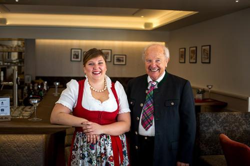 Bestens umsorgt werden die Gäste unseres Hotels in Flachau von der Seniorchefin und ihrem Vater