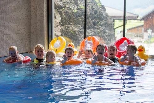 Ihre Kinder können im Hotelschwimmbad in Flachau das Schwimmen erlernen