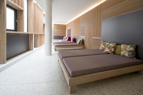 Hochwertige Relaxliegen im Wellnessbereich unseres Familienhotels Flachau
