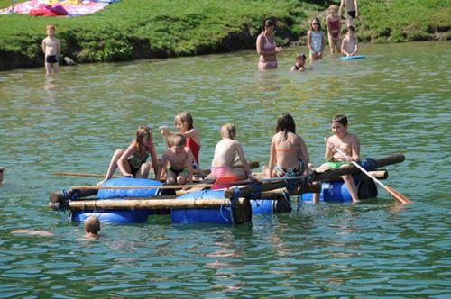 An heißen Sommertagen lädt der Badesee ein, der sich direkt neben unserem Familienhotel befindet