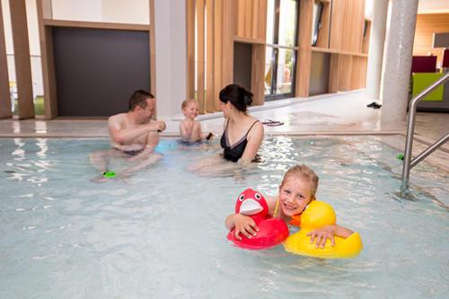Im Schwimmbad unseres Familienhotels Flachau hat die ganze Familie Spaß