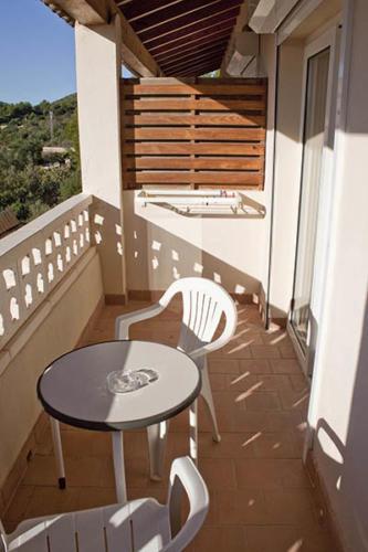 Vom Balkon des kleinen Familienhotels aus den Blick über die grüne Insel Mallorca schweifen lassen