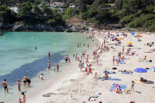 Herrlich weißer Sand am Strand von Font de sa Cala auf Mallorca