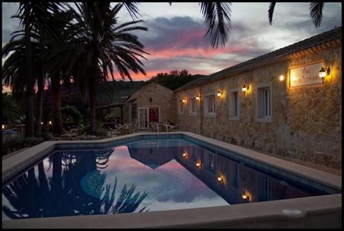Abendliches Ambiente am Pool unseres Familienhotels auf Mallorca