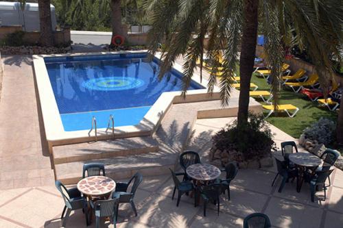 Am Pool unseres Familienhotels auf Mallorca entspannt liegen und sonnen
