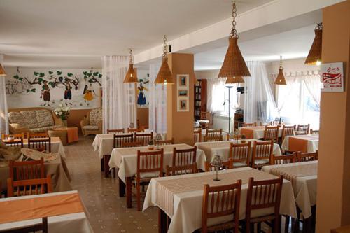 Im gemütlichen Speiseraum des Familienhotels Mallorca werden selbst gekochte Köstlichkeiten serviert