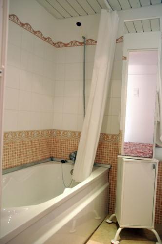 Beispiel für ein Badezimmer unseres Familenhotels Font de sa Cala auf Mallorca