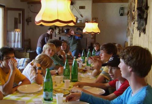 Gemeinsames Essen auf der Alm, die zu unserem Familienhotel am Gardasee gehört