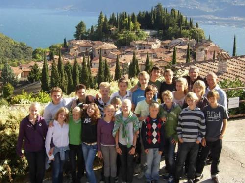 Mit anderen Gästekindern eine Wanderung in die herrlichen Berge am Gardasee unternehmen