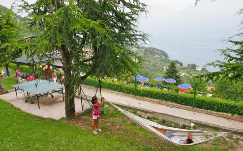 Im Garten unseres Familienhotels Gardasee wartet ein schöner Kinderspielbereich auf die Kleinen