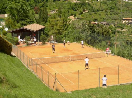 Auf den Aschesandplätzen unseres Familienhotels in Tremosine ist Tennistraining unter perfekten Bedingungen möglich