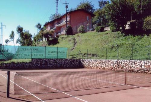 Beim Tennismatch den Blick auf den schönen Gardasee schweifen lassen