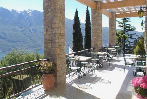 Die Außenterrasse unseres Familienhotels bietet Ihnen herrliche Panoramablicke auf den Gardasee