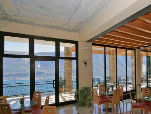 Unser Hotel Gardasee bietet auch beim Essen herrlichen Panoramablick auf den See