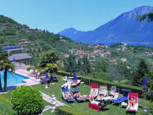 Der gepflegte Garten mit Pool unseres Familienhotels Tremosine am Gardasee