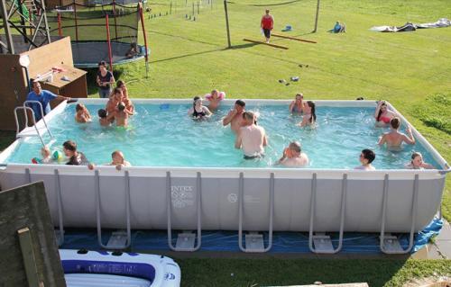 Herrliche Erfrischung im Pool im Zillertal in Tirol