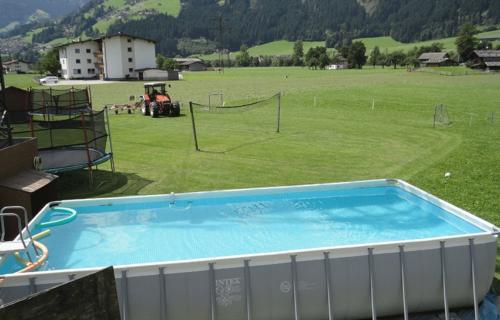 Besonders beliebt ist der schöne Pool im Garten unseres Bauernhofs in Tirol.