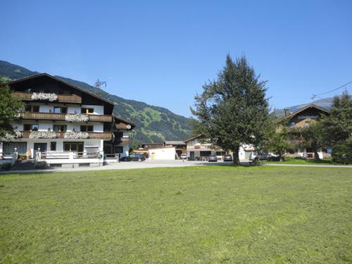 Von unserem beliebten Bauernhof im Zillertal können Sie ein Erlebnisbad, Abenteuerspielplatz und vieles mehr sogar zu Fuß entdecken